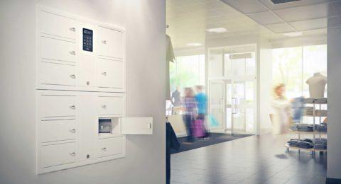 Wertschrank 7004 S der Serie System mit einem 7006 S der Serie Expansion. Einbauschrank in einem Geschäft, mit geöffneter Tür mit einer Tasche.