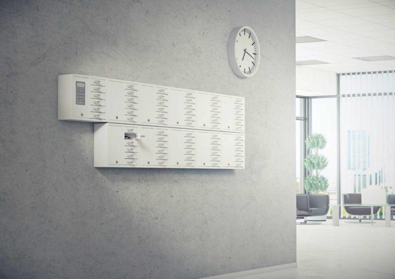 Schlüsselschrank 9006 S der Serie System zusammen mit zehn Schränken 9006 E der Serie Expansion, die die Schlüsselverwaltung des Unternehmens übernehmen. Wandmontage mit offenen Fächern und mehreren Schlüsselbunden.
