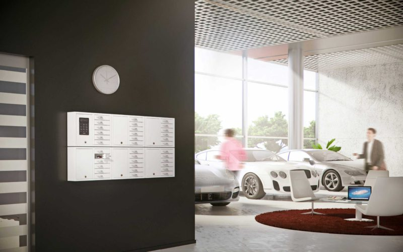 Schlüsselschrank 9006 S der Serie System zusammen mit fünf Schränken 9006 E der Serie Expansion, die die Schlüsselverwaltung des Autounternehmens übernehmen. Wandmontage mit offenen Fächern mit Autoschlüsseln.